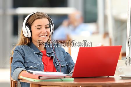 feliz estudiante relajante viendo en linea