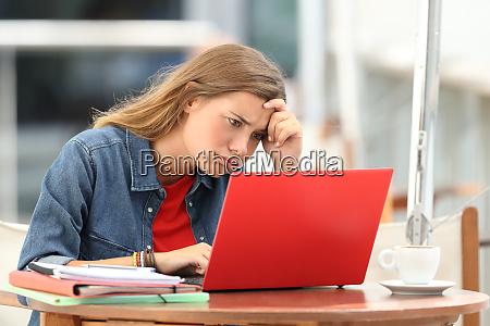 estudiante frustrado tratando de entender tutoriales