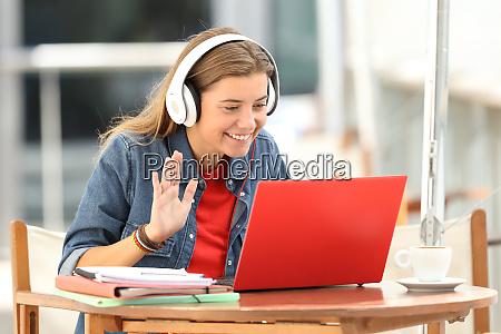 estudiante feliz teniendo una videoconferencia en