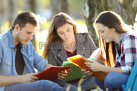 tres estudiantes estudiando memorizacion de notas