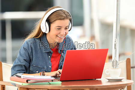 estudiante, feliz, escuchando, un, video, tutorial - 26575045