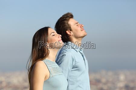 pareja relajada respirando aire fresco con