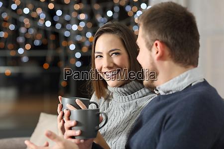 pareja hablando en la noche en