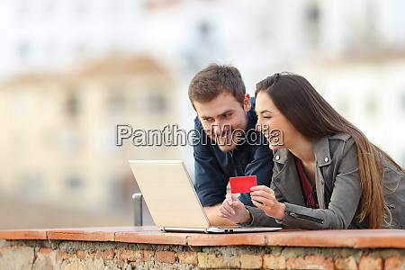 pareja feliz pagando en linea con