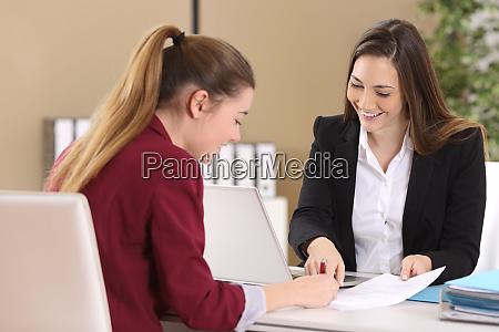 empleado o cliente firmando un contrato