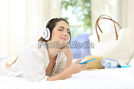 mujer escuchando musica relajandose en una