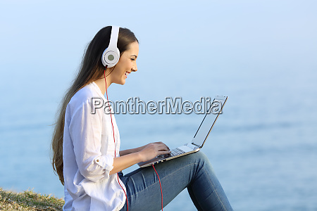 mujer viendo y escuchando contenido en
