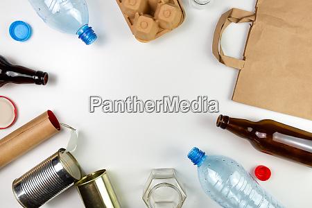 basura de plastico vidrio metal y