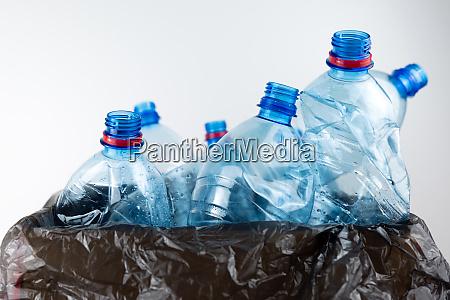 composicion con botellas de plastico de
