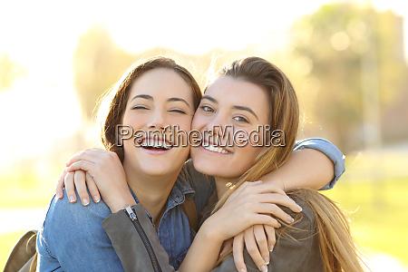 amigos felices con perfecta sonrisa abrazandose