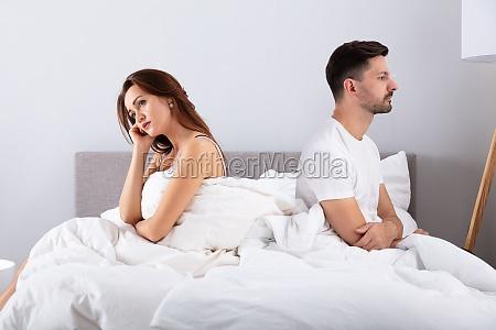desesperada pareja cama triste tension mujer