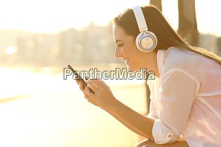 chica feliz escuchando musica descarga canciones