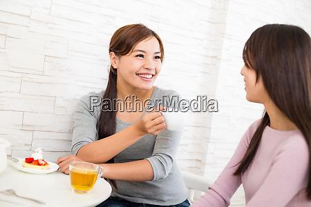 dos chicas jovenes disfrutan del pastel