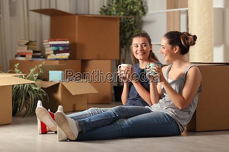felices companyeros de cuarto de mudarse