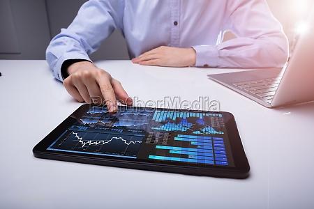 empresario analizando grafico en tablet digital
