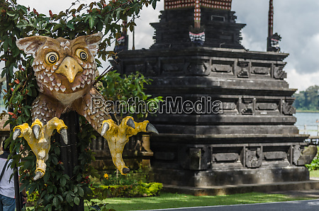 estatua de aguila en el templo
