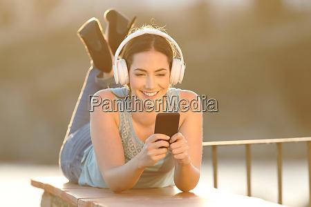 chica feliz escucha musica navegando contenido