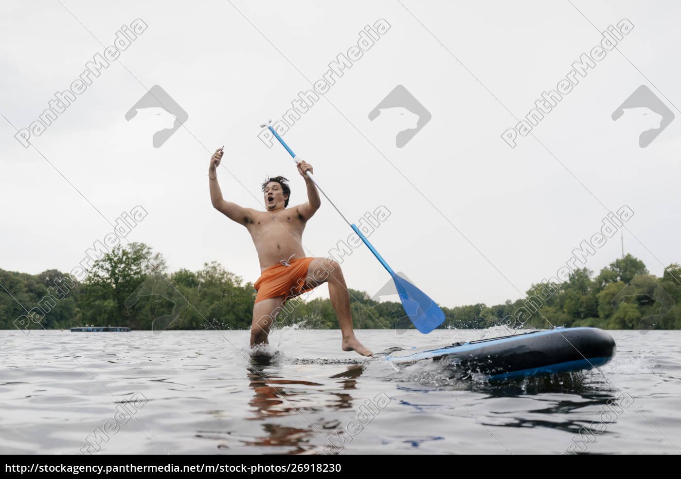 hombre, cayendo, de, la, tabla, sup - 26918230