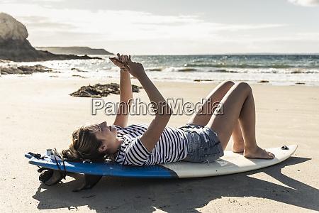 mujer joven en la playa relajandose