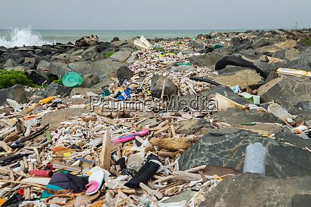 basura derramada en la playa cerca
