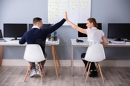 empresarios dando cinco altos en la