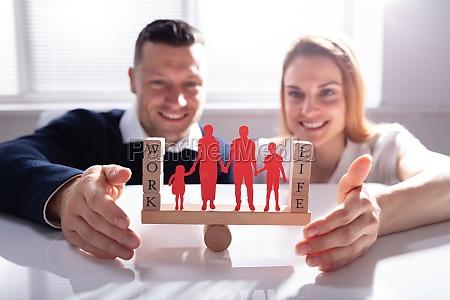 pareja que protege el equilibrio laboral