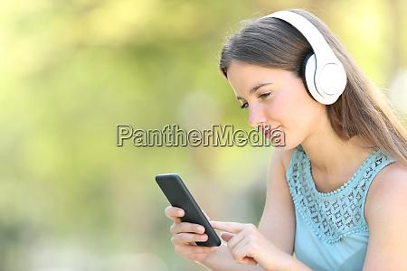 mujer seria escuchando musica usando el