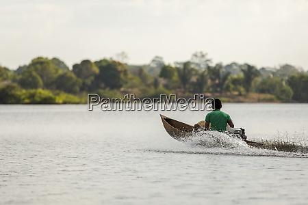 hombre en una canoa motorizada de