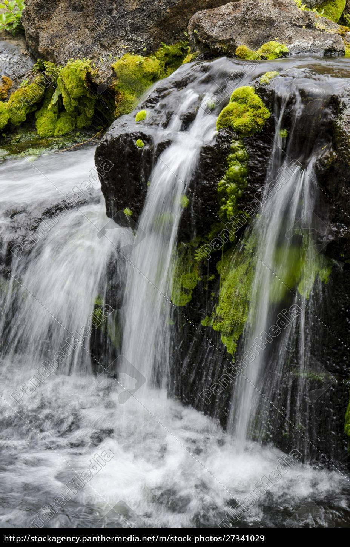 pequeño, arroyo, en, cascada, sobre, rocas - 27341029