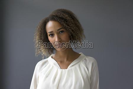 retrato de una joven con blusa