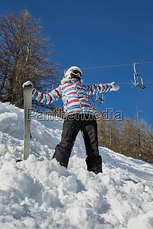 esquiador disfrutando del tiempo soleado
