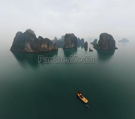 vista aerea de un solo barco