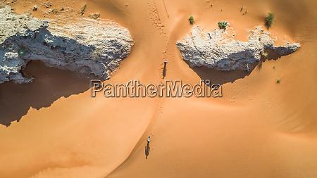 vista aerea de dos personas caminando