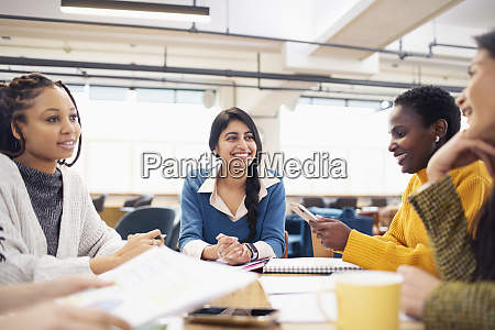 mujeres empresarias hablando en reunion