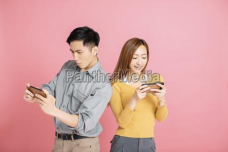 pareja joven alegre viendo y jugando