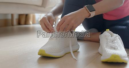 mujer con zapatos deportivos se prepara