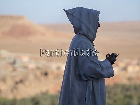 hombre usando el telefono movil marruecos