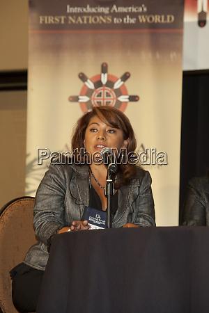 mujer hablando durante una conferencia