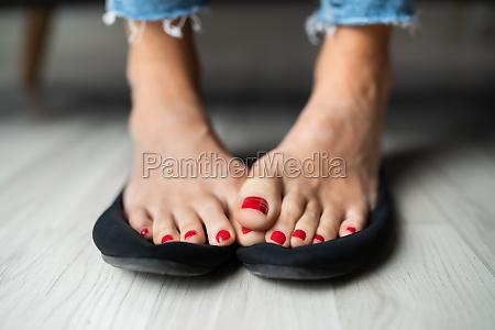 mujer sudorosa pies en zapatos