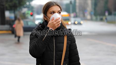 covid 19 mujer que lleva mascara