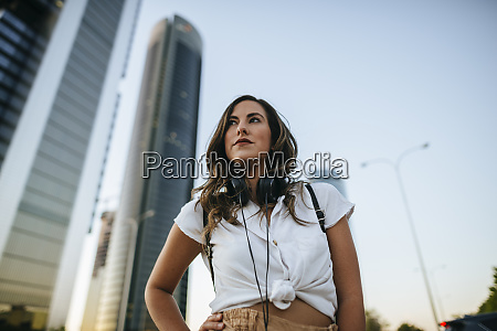 mujer joven con auriculares alrededor del