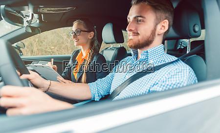 instructor de conduccion con estudiante en