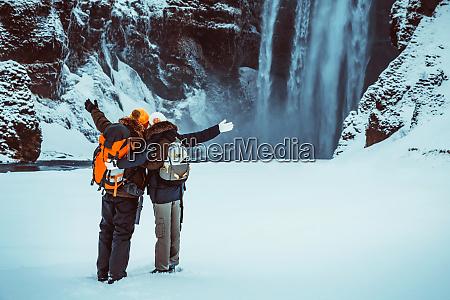 feliz pareja disfrutando de los viajes
