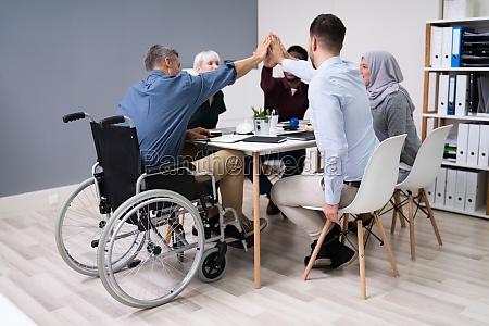 hombre de negocios discapacitado dando cinco