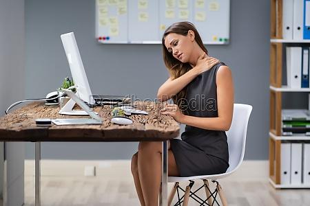 mujer empresaria que sufre de dolor