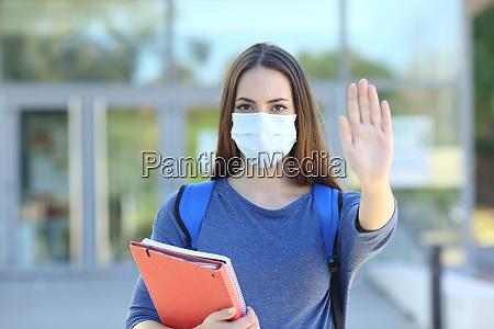 estudiante con una parada de gesturing