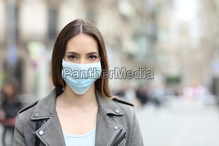 mujer con mascara protectora mirando a