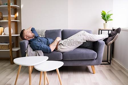 joven cansado en el sofa