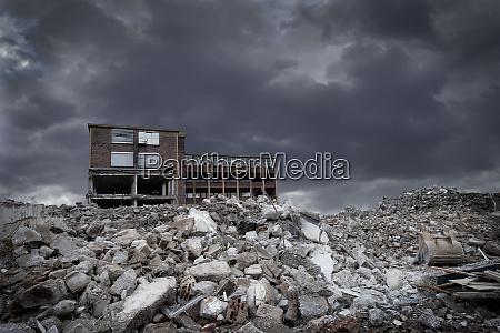 edificio industrial con demolicion y chatarra