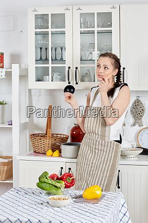 mujer, cocinando, comida, en, la, cocina. - 28255736